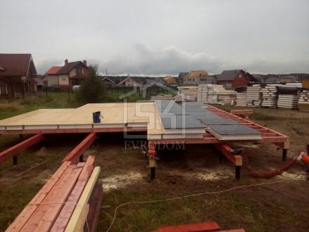 Обработка цокольных панелей дома из СИП панелей битумной мастикой (праймером)]
